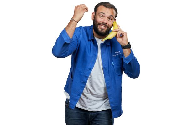 nicolas responsable commercial telephone en veste bleue