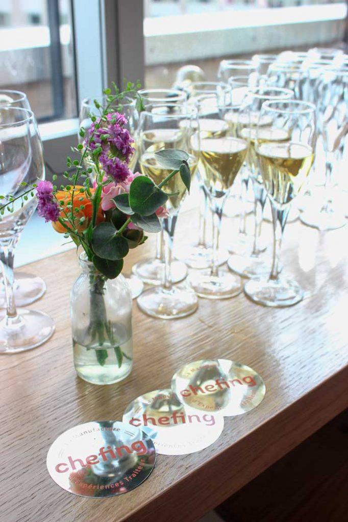coupes de champagne et fleurs