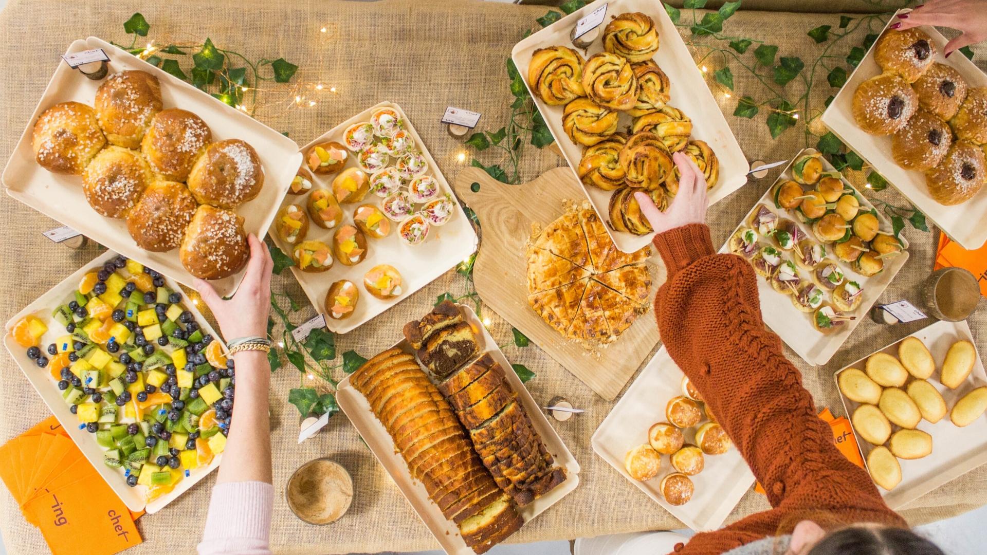 buffet petit déjeuner avec trois mains qui attrapent de la brioche et des cinnamon rolls chez chefing