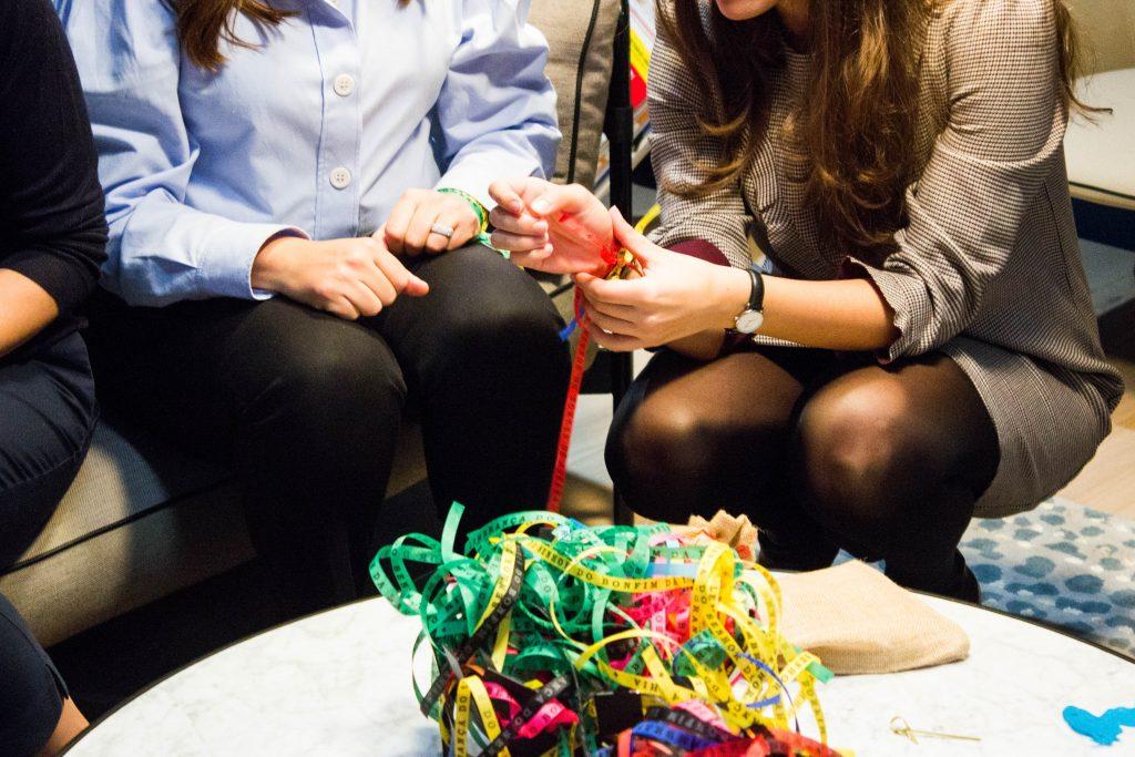deux collaboratrices échangent des rubans de couleurs