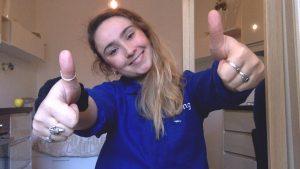 membre souriant de chefing en veste bleue en télétravail